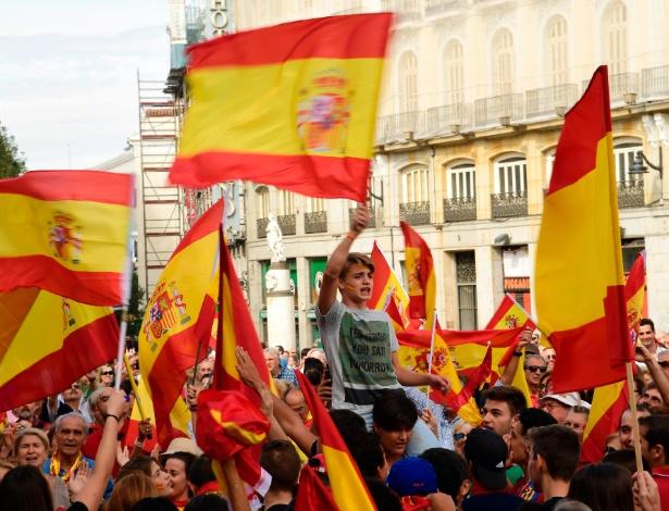 1°.out.2017 - Nacionalistas marcham com a bandeira da Espanha a favor da unidade espanhola e contra a separação da Catalunha