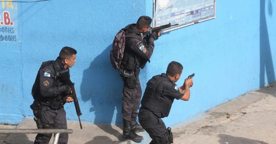 1º.fev.2018 - Policiais fazem incursão pela Cidade de Deus, favela da zona oeste do Rio, depois de um ataque a uma equipe da PM na Linha Amarela, uma das vias expressas mais importantes da cidade