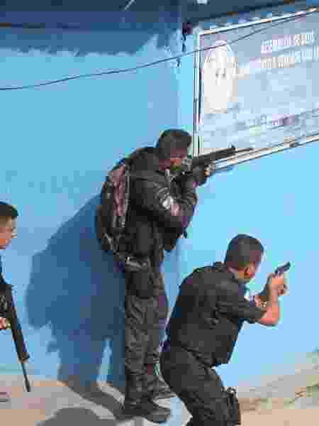 Policiais fazem incursão pela Cidade de Deus, favela da zona oeste do Rio - Guilherme Pinto / Extra / Agência O Globo