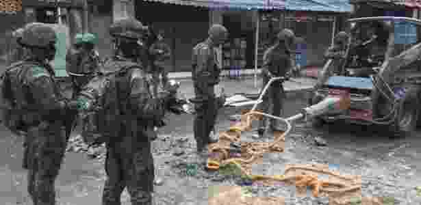 23.fev.2018 - Militares destroem barricadas do tráfico na Vila Kennedy - Luis Kawaguchi/UOL - Luis Kawaguchi/UOL