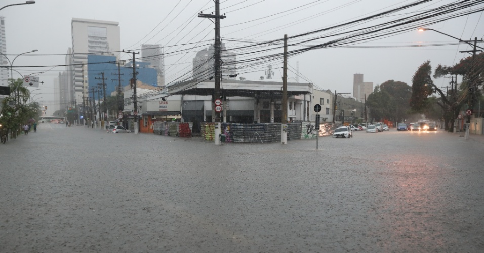 20.mar.2018 - Forte chuva causa ponto de alagamento no cruzamento da avenida Marquês de São Vicente com a rua Thomas Edison, na Barra Funda, zona oeste de São Paulo