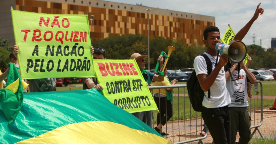 22.mar.2018 - Manifestantes protestam contra e a favor da prisão do ex-presidente Luiz Inácio Lula da Silva em frente do prédio do Supremo Tribunal Federal, em Brasília, enquanto ministros do STF julgam o habeas corpus de Lula