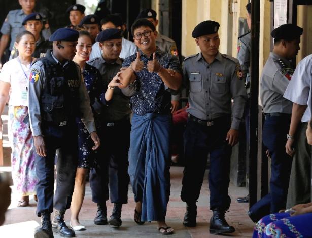 Wa Lone, jornalista preso em Mianmar, é escoltado por policial