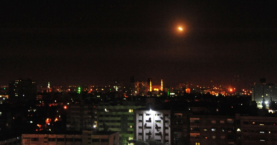 14.abr.2018 - Míssil cai sobre Damasco, capital da Síria, na madrugada deste sábado (14), durante ataque aéreo realizado por EUA, Reino Unido e França