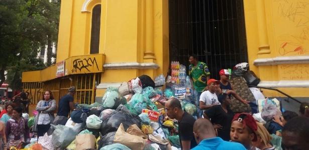 Pilha de doações feitas diretamente aos moradores ocupa toda a escadaria da igreja do largo do Paissandu, no centro de São Paulo