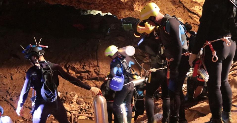 9.jul.2018 - Grupo de mergulhadores atua no interior da caverna de Tham Luang durante operações de resgate dos 12 meninos e seu treinador presos no local