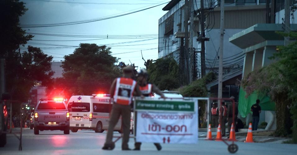 10.jul.2018 - Ambulância chega a hospital em Chiang Rai, na Tailândia, supostamente carregando membros do time de futebol que ficou preso na caverna de Tham Luang