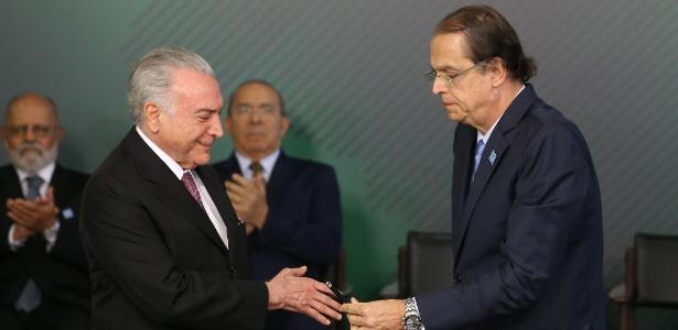 Michel Temer (MDB) (esq.) empossa o advogado Caio Luiz de Almeida Vieira de Mello (dir.) como o novo ministro do Trabalho, em cerimônia no Palácio do Planalto - Dida Sampaio/Estadão Conteúdo
