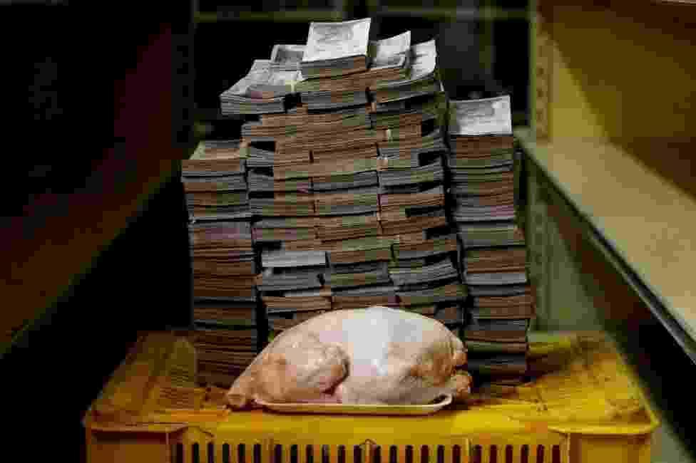 20.ago.2018 - Montanha de dinheiro necessária para comprar itens básicos na Venezuela - Carlos Garcia Rawlins/Reuters