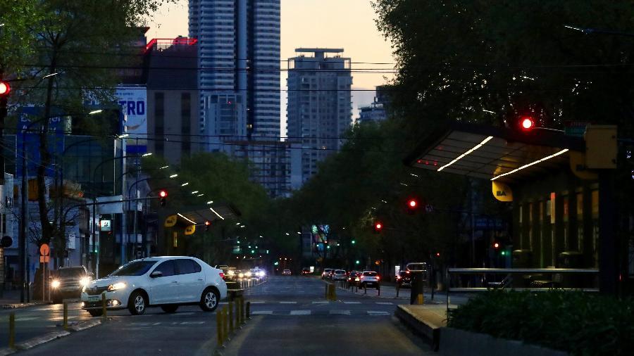 Ponto de ônibus vazio em Buenos Aires, em dia de greve geral na Argentina - Marcos Brindicci/Reuters
