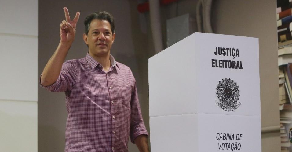 Fernando Haddad faz o V da vitória após registrar seu voto