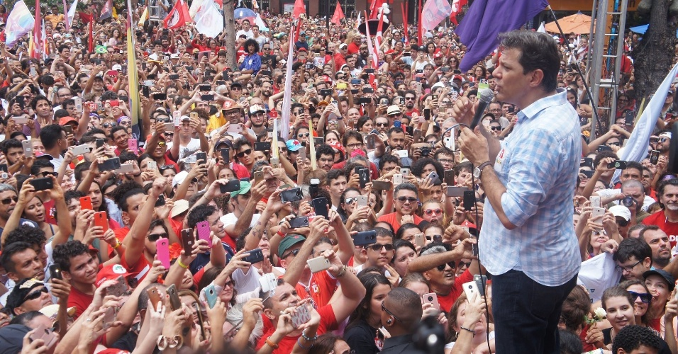 20.out.2018 - O candidato do PT a presidente, Fernando Haddad, discursa em Fortaleza, capital do Ceará