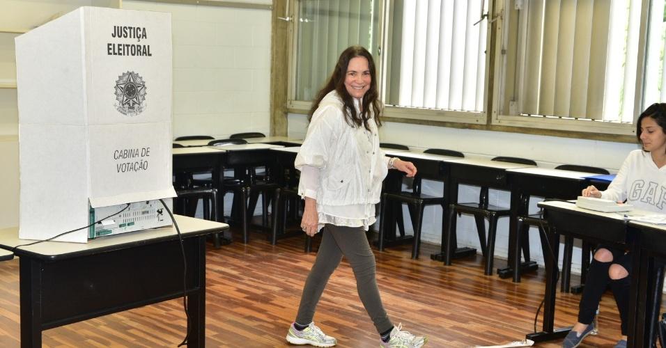 28.out.2018 - A atriz Regina Duarte vota em colégio na zona oeste de São Paulo