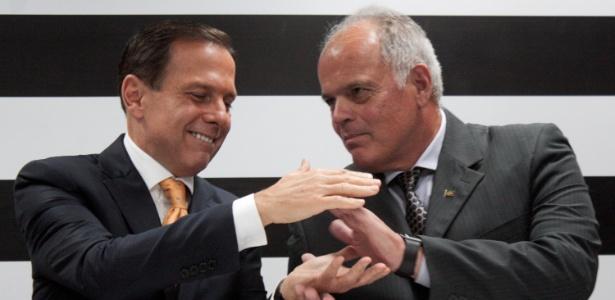 Doria cumprimenta seu futuro secretário da Segurança, João Camilo Pires de Campos - Luiz Cláudio Barbosa/Código 19/Estadão Conteúdo