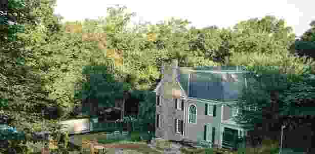 A residência desocupada do presidente da American University fica ao lado de terreno vazio, após casa ser derrubada em 2012 devido à contaminação - Andrew Mangum/NYT