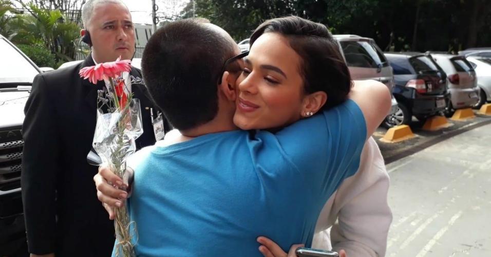 Vinícius Akio abraça Bruna após espera de 5 horas