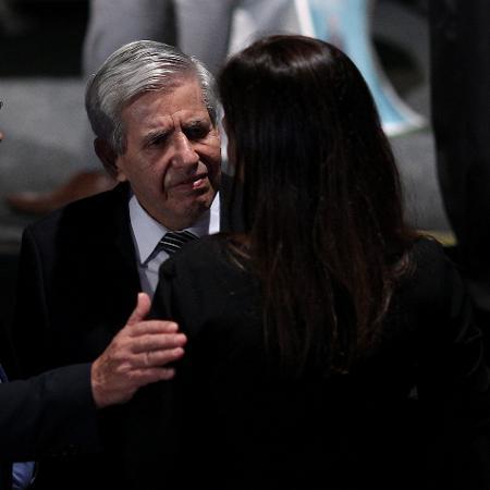 Augusto Heleno cumprimenta Veruska, esposa de Ricardo Boechat, durante o velório do jornalista em SP - Eduardo Anizelli/Folhapress - 12.fev.2019