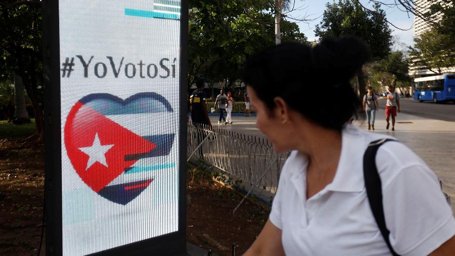 5.fev.2019 - Mulher passa diante de uma propaganda para promover o voto a favor do referendo constitucional, em Havana, Cuba - Reuters