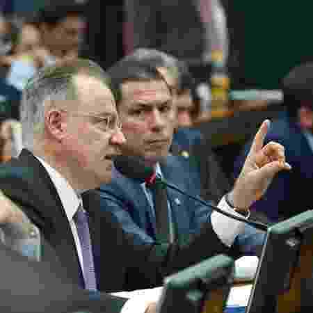 O deputado Samuel Moreira (PSDB-SP), relator da reforma da Previdência, fala durante sessão da comissão especial que analisa a proposta na Câmara - PSDB na Câmara/Divulgação
