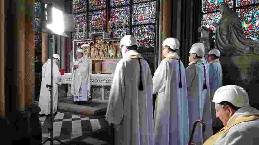 O arcebispo de Paris, Michel Aupetit, celebra a primeira missa na catedral de Notre-Dame após o incêndio de abril - Karine Perret/AFP