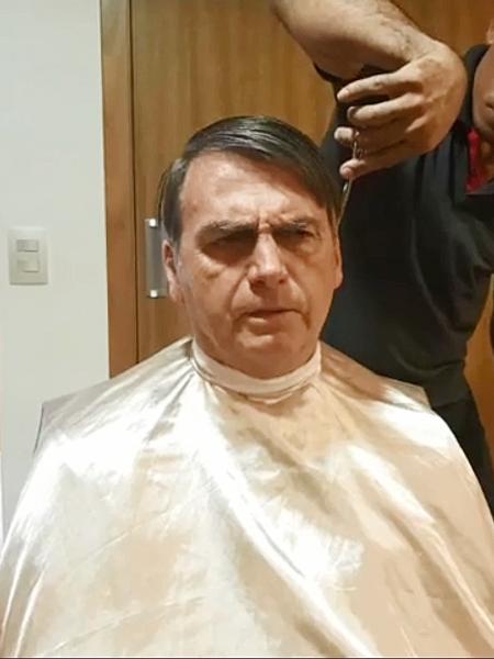 Presidente Jair Bolsonaro durante corte de cabelo na segunda-feira - Reproduçao / Facebook