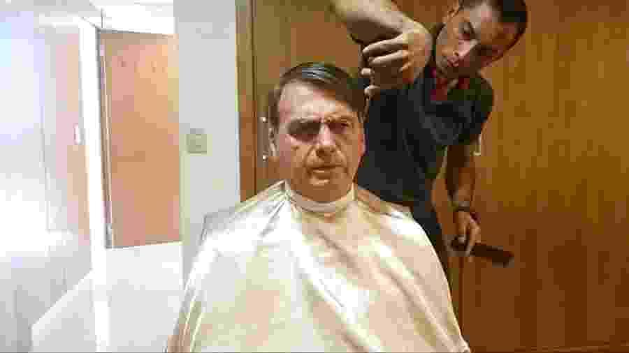 Presisdente Jair Bolsonaro durante corte de cabelo - Reproduçao / Facebook
