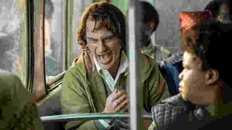 Em uma das cenas do filme em que o Coringa viaja de ônibus, o Coringa tem um de seus ataques característicos de riso, que dura alguns segundos - Divulgação/Warner Bros