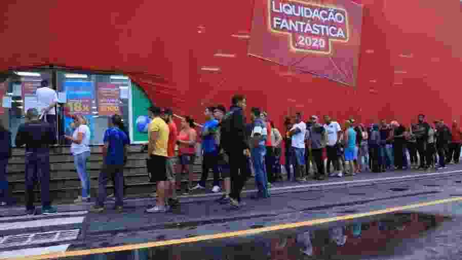 Consumidores fazem fila antes da abertura da loja Magazine Luiza do Shopping Aricanduva, na zona leste de São Paulo - Divulgação