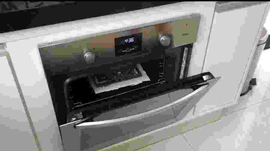 Acredite: isso é a placa-mãe de uma smart TV em um forno que acabou de ser desligado - Reprodução/YouTube Nat Ingraci