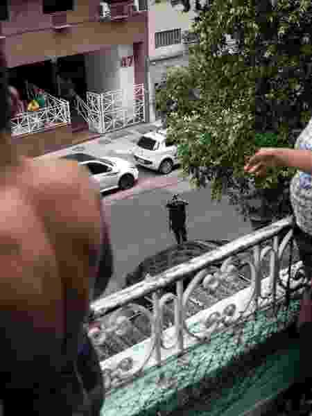 18.mai.2020 - PMs tiram fotos em averiguação a ocupação no Rio - Ricardo Borges/UOL