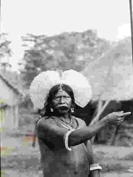 O líder indígena Raoni Metuktire em imagem dos anos 80 - Arthur Costa / acervo pessoal de Claudio Romero