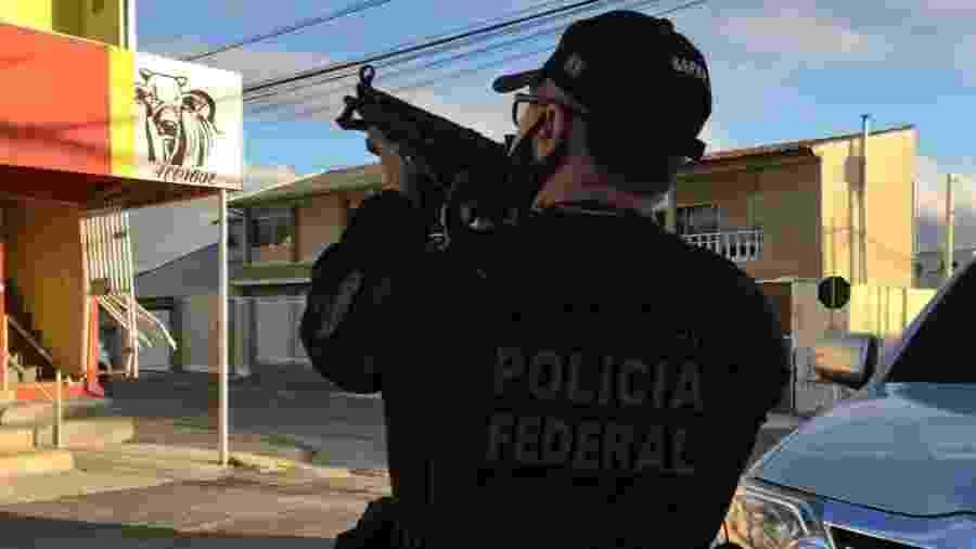 23.nov.2020 - Policial federal durante operação Enterprise, contra lavagem de dinheiro do PCC - Divulgação/PF