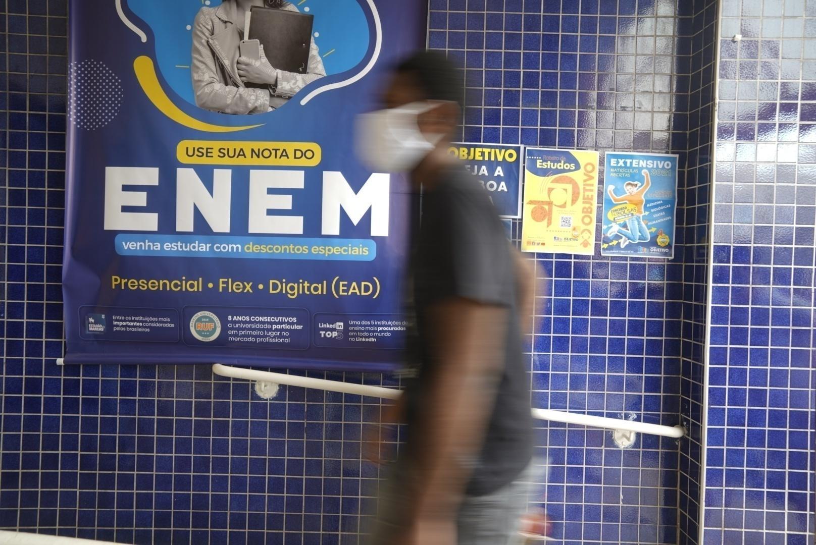 Exame é realizado em meio à pandemia da covid-19 com insegurança dos alunos sobre máscaras e alimentação - André Porto/UOL