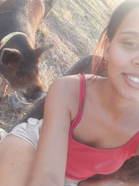 Michele da Conceição com seu porco de estimação, José; ela tentará liminar para trazer bicho de volta para casa - Reprodução/Facebook