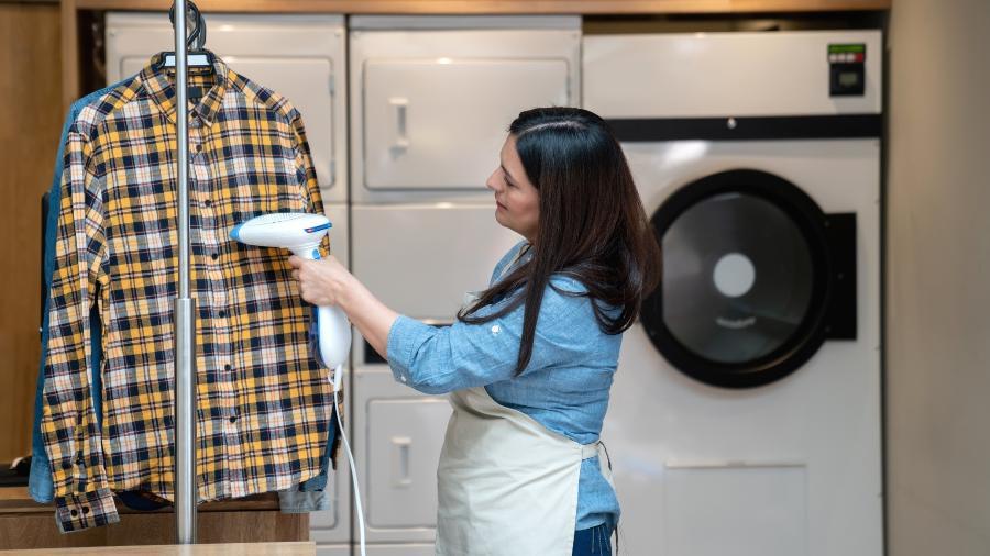 Passar roupa pode se tornar uma tarefa mais prática com uma passadeira a vapor - Getty Images