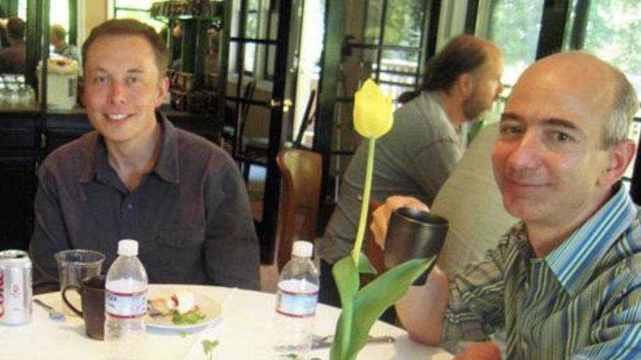 Elon Musk e Jeff Bezos em foto de 2004 - Reprodução/Twitter/@TrungTPhan