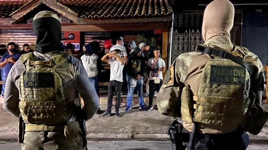 21.abr.21 - Jovens aglomeram em bar na cidade de Jandira, SP; festa clandestina foi interrompida pela polícia - Divulgação/Polícia Civil