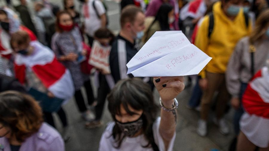 Na polônia, manifestante protesta contra prisão de Roman Protasevich, opositor ao governo de Belarus - Wojtek Radwanski/AFP