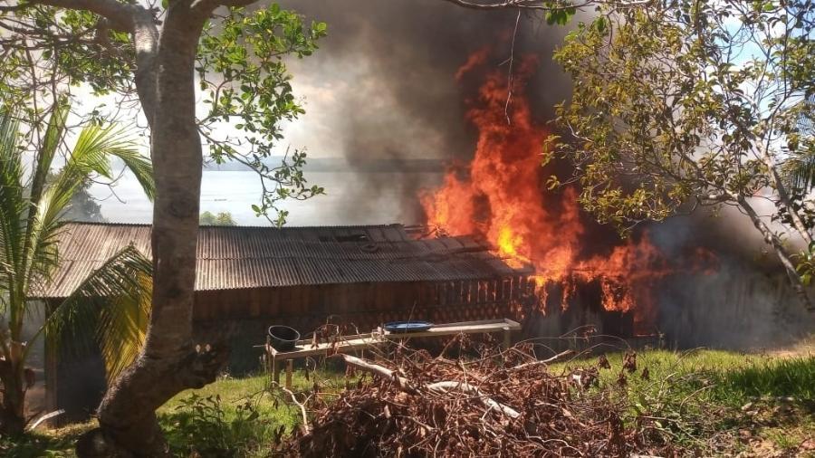 Casa da liderança indígena Maria Leusa Munduruku, incendiada por garimpeiros na Terra Indígena Munduruku, em 26 de maio de 2021Jacareacanga (PA), em  - Divulgação