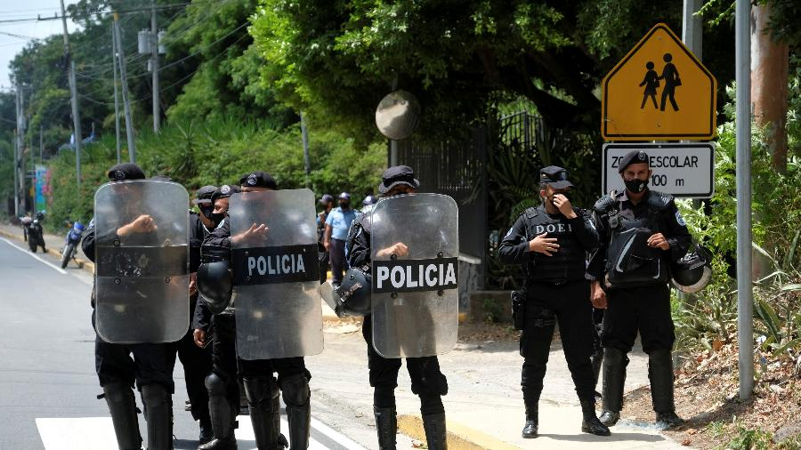 2.jun.2021 - Policiais da Nicarágua em frente à casa de Cristiana Chamorro, candidata à presidência que foi presa  - Carlos Herrera/Reuters