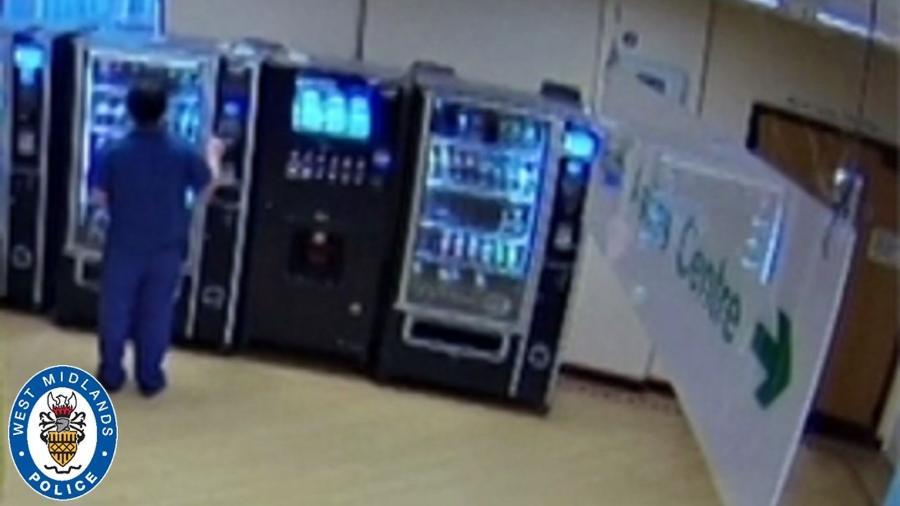 Câmeras de hospital em Birmingham, na Inglaterra, registram momento em que um enfermeiro usa o cartão de um paciente que morreu por covid-19 para comprar batatas fritas, doces e refrigerantes na máquina de venda - Reprodução/SkyNews