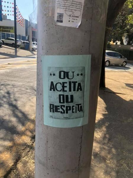 Mensagens contra preconceito foram coladas na região da escola - Reprodução/Facebook