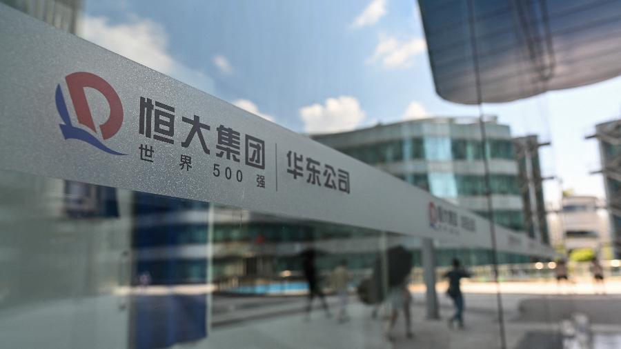 22.set.2021 - O logotipo da Evergrande é visto no edifício Evergrande Center em Xangai - Hector Retamal/AFP