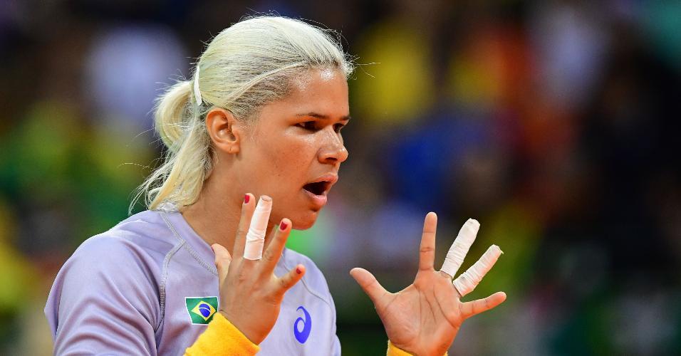 Mayssa Raquel Pessoa, goleira do Brasil, durante partida contra Espanha