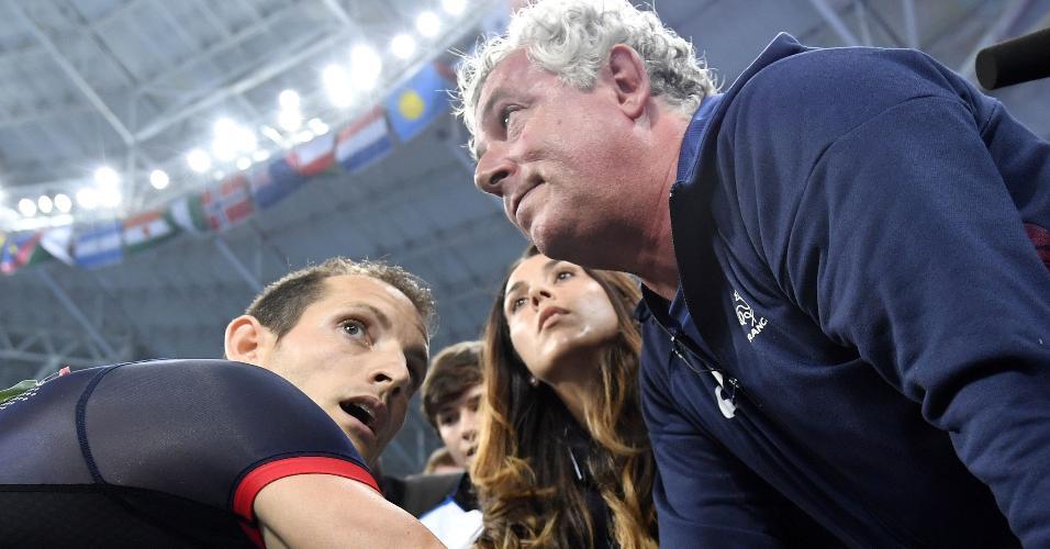 Francês Renaud Lavillenie (e) conversa com seu técnico, Philippe d'Encausse, após perder a medalha de ouro do salto com vara para o brasileiro Thiago Braz