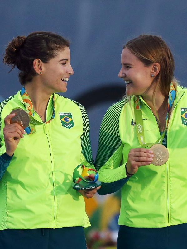 Martine Grael e Kahena Kunze exibem a medalha de ouro conquistada na classe 49er da vela nas Olimpíadas do Rio