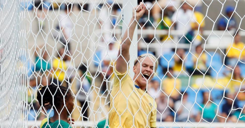 Nilla Fischer comemora após abrir o placar para a Suécia contra a África do Sul nos Jogos Olímpicos do Rio de Janeiro