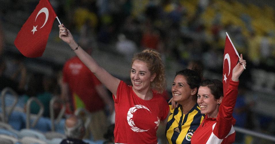 Turcas sorriem na arquibancada do Maracanã