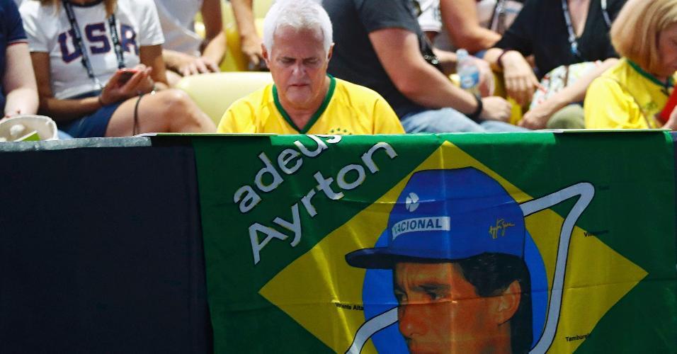 Torcedor utiliza bandeira para homenagear Ayrton Senna, tricampeão mundial de F-1