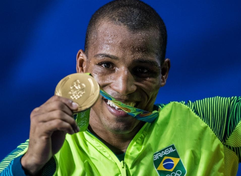 Robson Conceição exibe com alegria a medalha de ouro